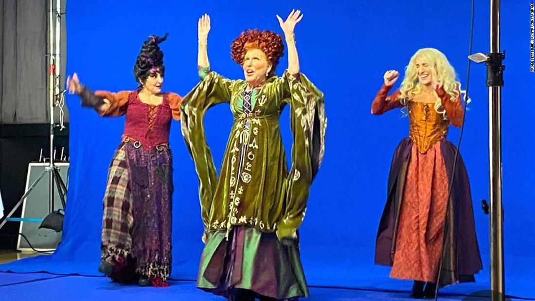Bette Midler spark 'Hocus Pocus' hysteria with reunion pic